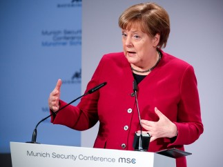"""Merkel advierte de que """"Europa tiene enemigos"""" y señala a Rusia y Steve Bannon"""