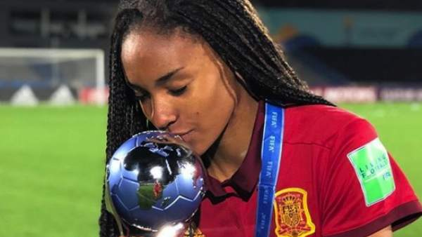 Salma Paralluelo con la Copa del Mundo