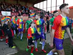Los jugadores del Altrincham FC con la camiseta arcoíris