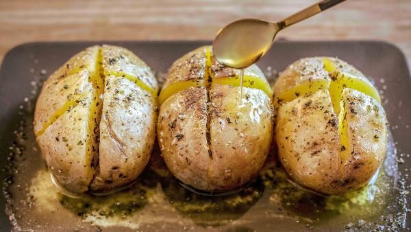 Patatas asadas con mantequilla y romero