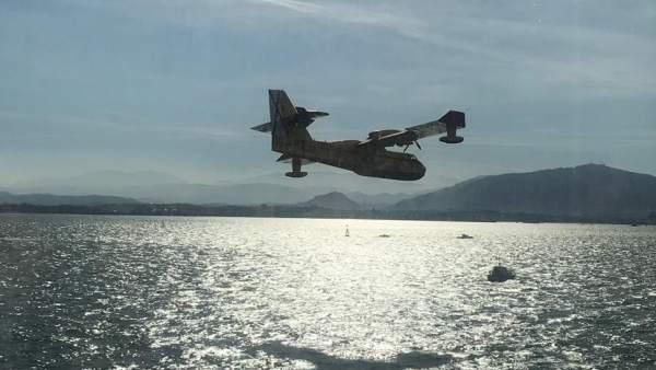 Uno de los aviones del MAPA carga agua en la bahía para luchar contra los incend