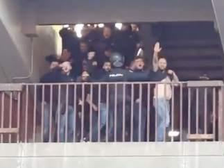 Aficionados del Atlético de Madrid hacen el saludo fascista.