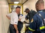 Médicos de la aerolínea con el bebé