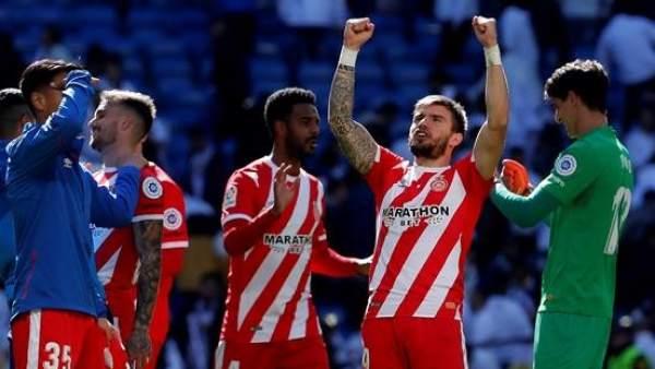 El Girona celebra su triunfo en el Bernabéu.