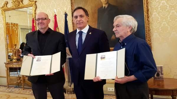 El alcalde (centro) junto a los escritores Ángel Aguado (i) y Servando Cano (d)