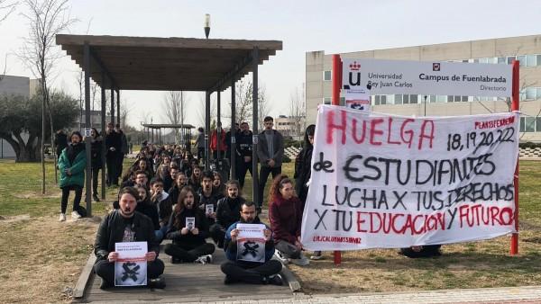 Alumnos realizan una performance en el campus de Fuenlabrada de la URJC