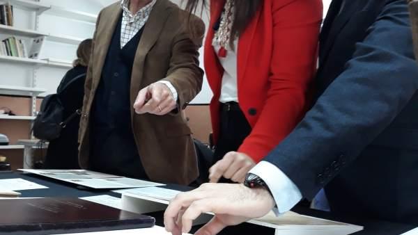 Miriam Guardiola, visitó hoy al Archivo regional donde se está llevando a cabo l