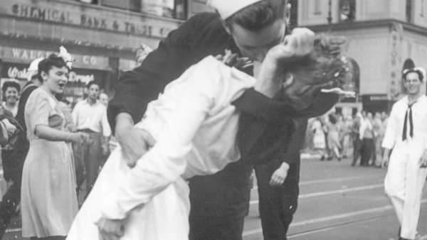 Famosa fotografía del beso de un marinero y una enfermera durante el Día de la Victoria.