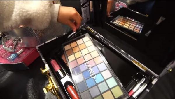 Captura de vídeo de las niñas maquilladoras
