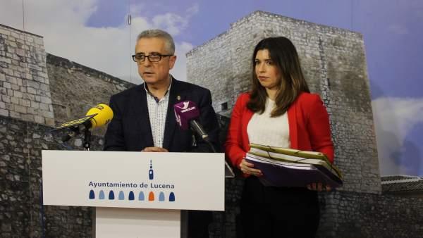 Juan Pérez y Teresa Alonso con la documentación enviada a Salud