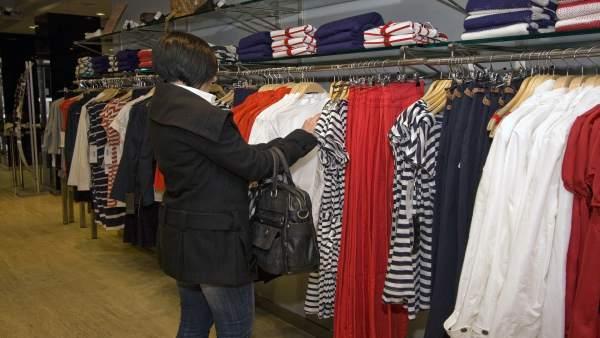 Comsumidora en una tienda de ropa
