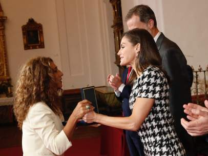 Letizia entregando su medalla a Lolita