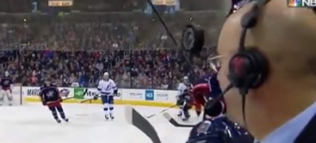 Un presentador de la NBC se libra de milagro de que un disco de hockey le impacte en la cara