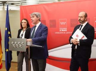 El presidente Ángel Garrido con los consejeros Yolanda Ibarrola y Pedro Rollán, este martes tras el Consejo de Gobierno.