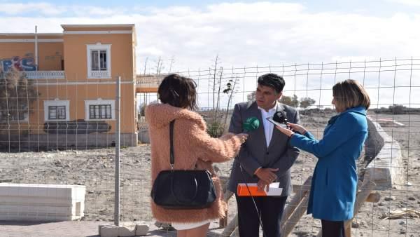 Miguel Cazorla hace declaraciones a los medios en el litoral de la capital