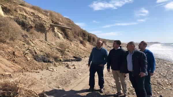 El alcalde de El Ejido visita una playa de Balerma