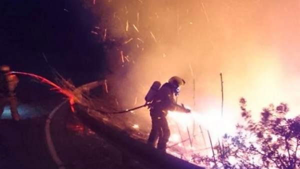 Un bombero trabaja en extinguir las llamas del barranco de Relleu por el incendi