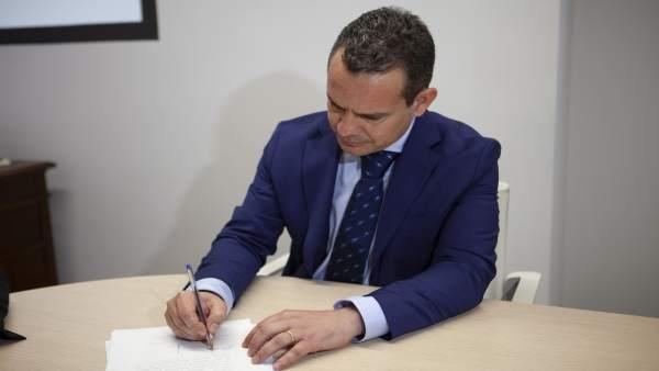 El senador del PP, Antoni Fuster, toma posesión del cargo