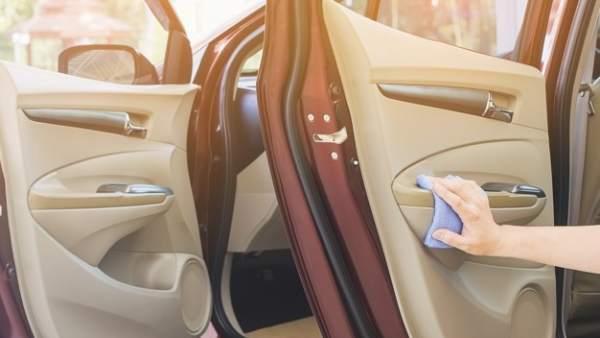 Trucos de toda la vida para limpiar la tapicería del coche (y quede como nueva)