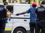 Una identificación policial en la Rambla del Raval en Barcelona.
