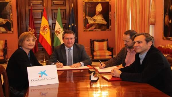 Firma del convenio entre Emvisesa, La Caixa y Asociación Ponte, ante Espadas