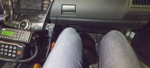 La difícil tarea de ser policía, medir 1,80m y tratar de moverse dentro de los nuevos coches ...