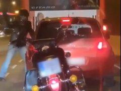 Un motorista agrede a un conductor de un turismo en Barcelona