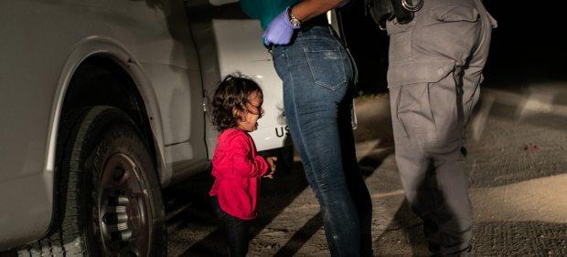 'Niña llorando en la frontera'
