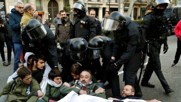 Desalojan a los manifestantes que cortaban la Diagonal
