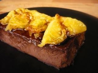 Flan de chocolate y almendras con naranjas asadas