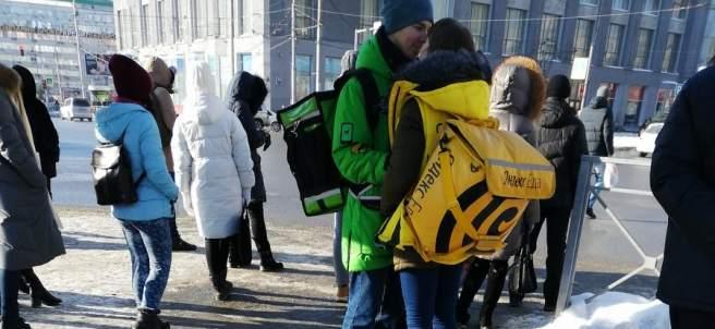 Dos empleados de Delivery y Yandex