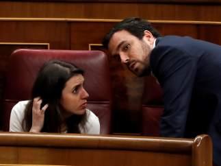 La portavoz de Unidos Podemos en el Congreso, Irene Montero, conversa con el coordinador federal de IU, Alberto Garzón, en el pasado debate de presupuestos.