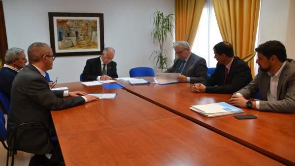 El Ayuntamiento de Roquetas acuerda con Acuamed aumentar la distribución de agua