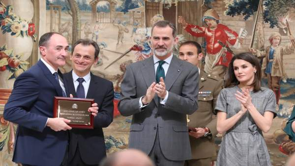 Entrega del premio a Luis Liz Marzán.