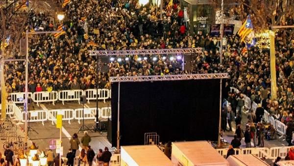 Miles de manifestantes se han concentrado en el Passeig de Gràcia en una concentración unitaria por la huelga general del 21-F en Cataluña convocada por el sindicato soberanista Intersindical.