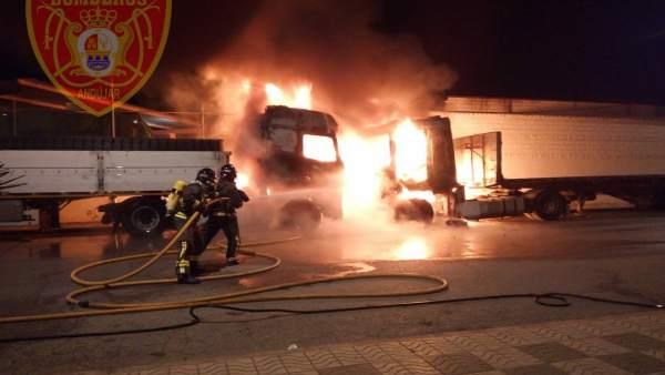 Jaén.- Sucesos.- El incendio de dos camiones en Andújar alcanza a parte de las i