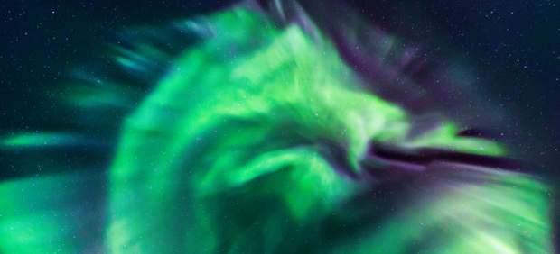Una espectacular aurora boreal con forma de dragón ilumina el cielo nocturno de Islandia