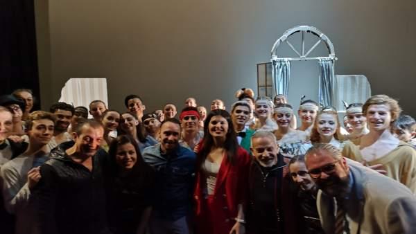 La consejera de Turismo y Cultura junto a los bailarines de la escuela de Danza