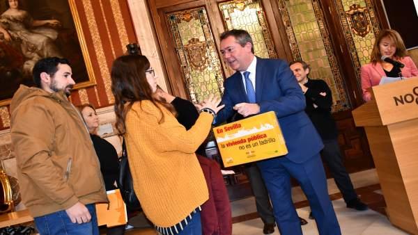 Espadas entrega las llaves de diversos pisos en Sevilla