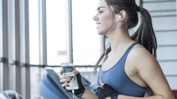 Diez canciones para motivarte en el gimnasio (y no fallar en tus propósitos)