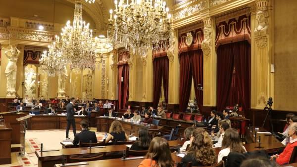 El Parlament acoge VI Liga de Debate Universitario con cuestiones como la matern