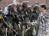 La reina Letizia durante la entrega de la bandera