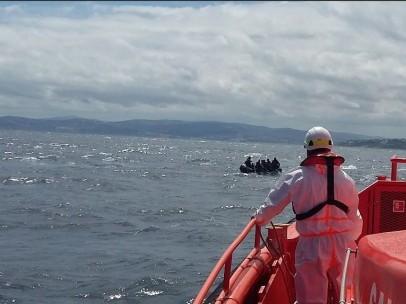 operario de Salvamento Marítimo y patera