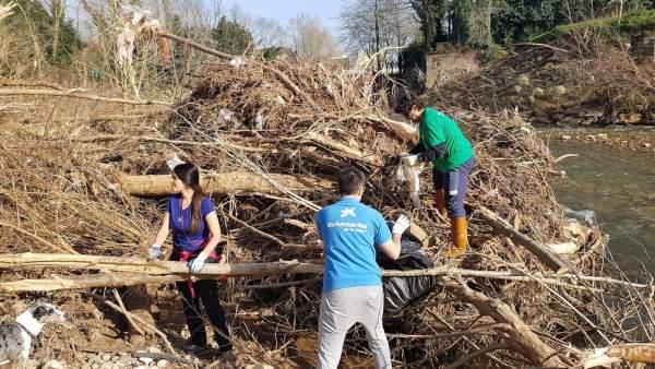 Voluntarios retiran residuos de La Viesca, en Torrelavega