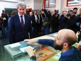 El presidente Ángel Garrido, este domingo, en un simulacro electoral con personas con discapacidad intelectual.