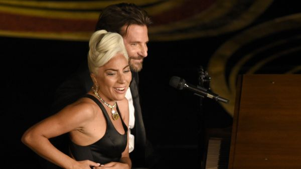 Lady Gaga y Bradley Cooper interpretan 'Shallow'