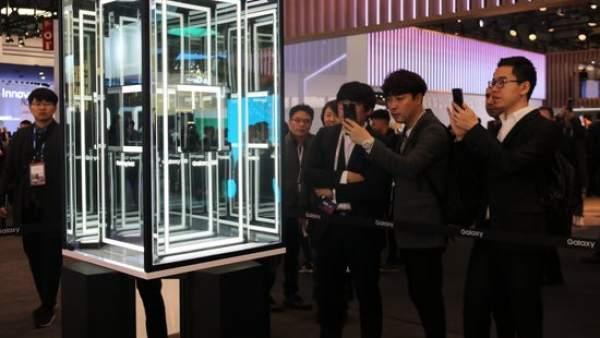 El nuevo modelo plegable de Samsung, protegido por una vitrina en el stand de la marca surcoreana en el Mobile World Congress de Barcelona 2019.