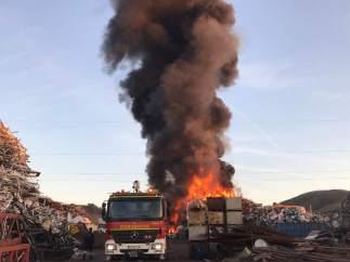Columna de humo incendio chatarrería San Fernando de Henares.