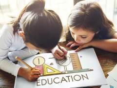 Dos niñas en una escuela.