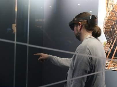 Un visitante del congreso de móviles de Barcelona usando las Hololens 2 de realidad mixta de Microsoft.